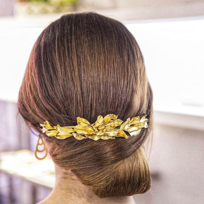 Modelo con diadema de hojas de laurel