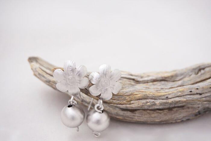 pendientes-flores-perlas-metalicas